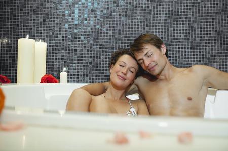Italien, Südtirol, Paar mit romantischen Bad im Hotel