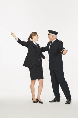 air hostess: Capitaine principal et jeune hôtesse de l'air étreindre sur fond blanc