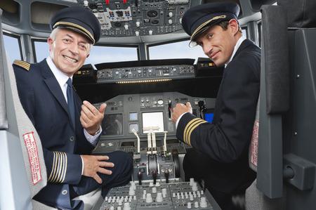 パイロットと副操縦士操縦飛行機飛行機のコックピットから 写真素材