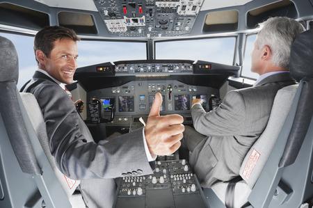 Piloot en co-piloot loodsen vliegtuig van vliegtuig cockpit