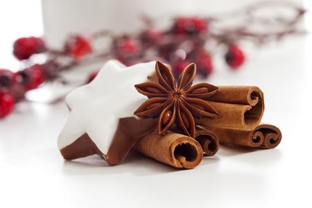 galletas de navidad: Christmas anís palos de canela decoracion estrella y estrella de canela sobre fondo blanco Foto de archivo