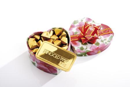 lingote de oro: Caja de regalo con pepitas y barra de oro