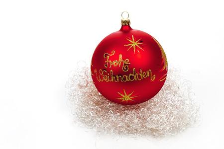 angel hair: Red esfera de la Navidad y de cabello de �ngel en el fondo blanco Foto de archivo