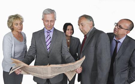 personas leyendo: La gente de negocios la lectura de peri�dicos contra el fondo blanco