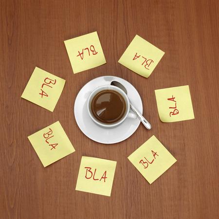 Unsinn: Tasse Kaffee umgeben von Notes Lizenzfreie Bilder