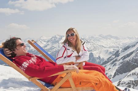 Österreich, Salzburger Land, Paar im Liegestuhl sitzen