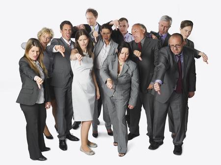 Große Gruppe von Geschäftsleuten, die Daumen nach unten auf weißem Hintergrund Lizenzfreie Bilder