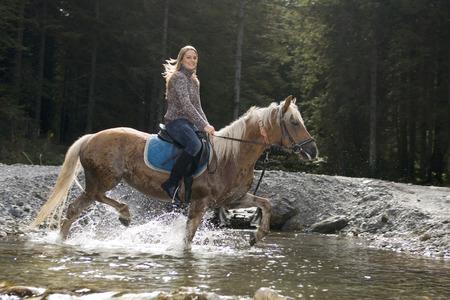 mujer en caballo: Austria, Salzburgo, Altenmarkt, paseos a caballo mujer