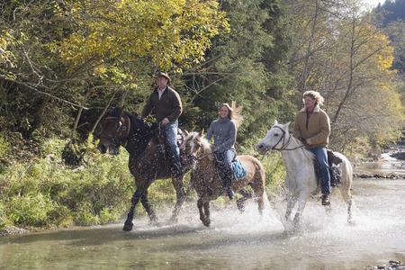 uomo a cavallo: Austria, Salisburghese, Altenmarkt, Giovani a cavallo attraverso il fiume