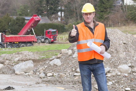 projekt: Projekt manager showing thumbs up sign at construction site