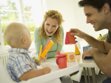 Jeune famille avec bébé