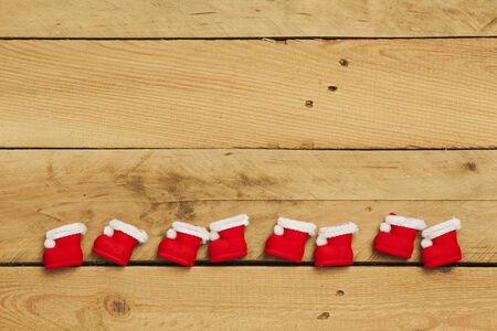 botas de navidad: Navidad, botas de navidad en la fila en el fondo de madera