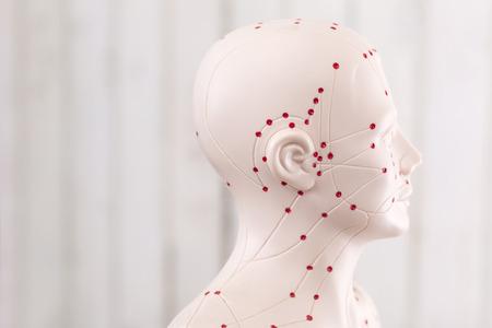 medicina tradicional china: Marioneta acupuntura china contra la pared de madera Foto de archivo