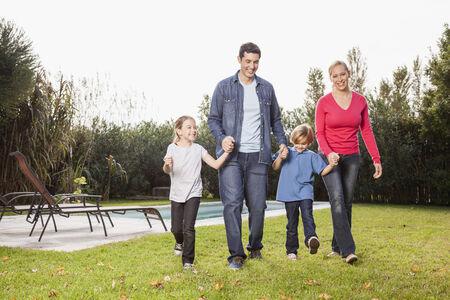 familia feliz: Familia feliz en el jard�n