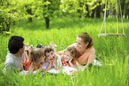 fin de semana: Familia feliz que tiene comida campestre en la naturaleza Foto de archivo