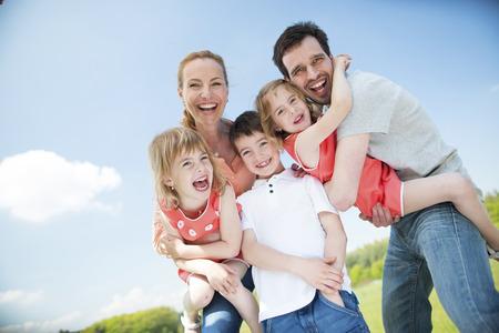 Famille heureuse avec des enfants