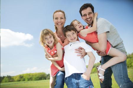 famille: Famille heureuse avec des enfants