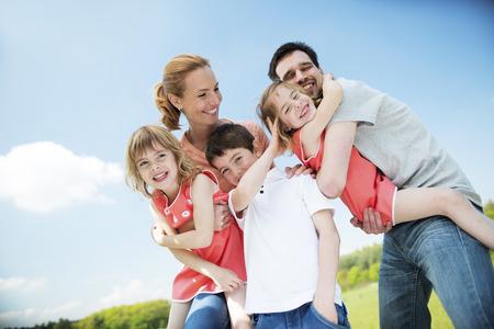 Famille heureuse avec des enfants Banque d'images