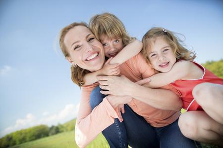 ni�as gemelas: Familia feliz con dos ni�as gemelas