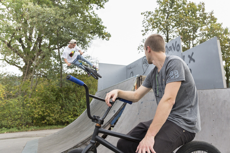 suspenso: Hombre joven que salta con la bici de m�s de rampa