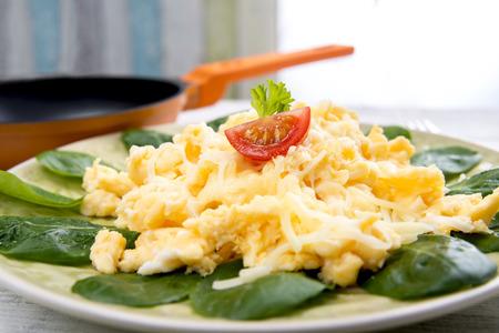 Uova strapazzate, valeriana e formaggio sulla piastra