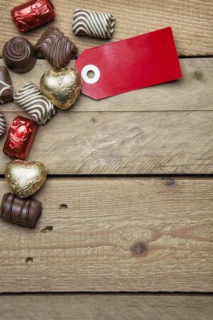 rood teken: Pralines en rood teken op houten achtergrond