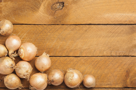 cebollas: Cebollas en madera