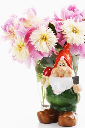 nain de jardin: Bouquet de pivoines roses avec nain de jardin