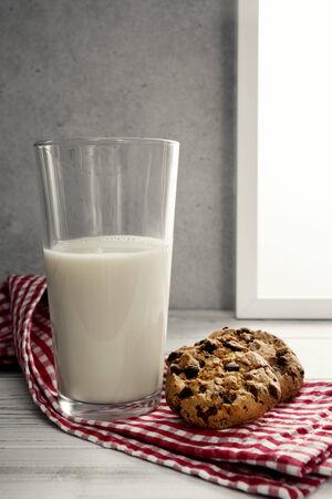 galleta de chocolate: Vaso de leche con galletas de chocolate