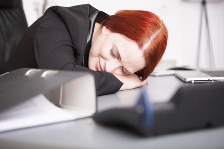 cansancio: Joven empresaria durmiendo en el escritorio Foto de archivo
