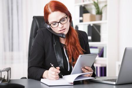 Vocación empresaria joven y la escritura en organizador personal