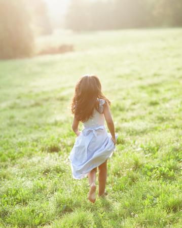 petite fille avec robe: Petite fille portant la robe de communion Banque d'images