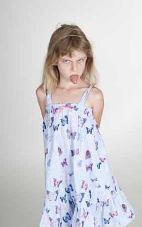 舌: 舌を突き出て小さな金髪の少女