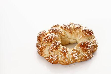 levadura: Corona de levadura trenzado sobre fondo blanco, pasteles Ester