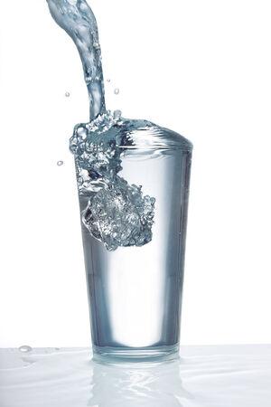 tomando agua: Vidrio con agua potable Foto de archivo