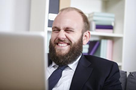 net surfing: Uomo d'affari la navigazione in rete, ridere