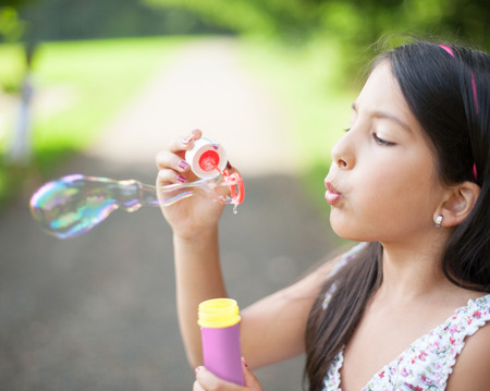 burbujas de jabon: Littel chica haciendo pompas de jab�n