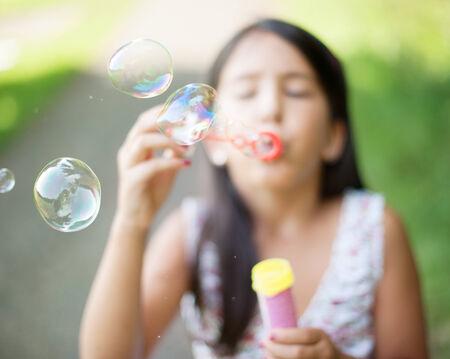 bulles de savon: Littel fille faisant des bulles de savon