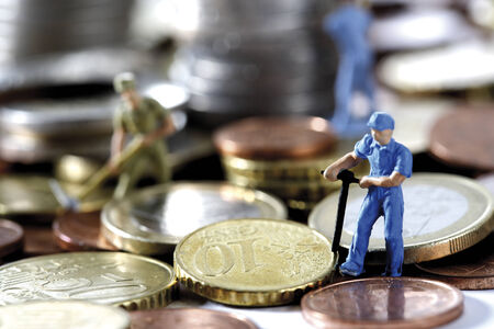 provoking: Figurines digging money, close-up