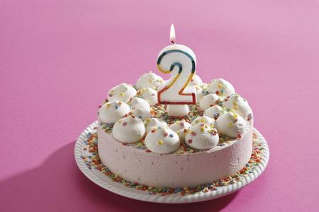 cream on cake: Torta de cumplea�os, pastel de crema con vela encendida