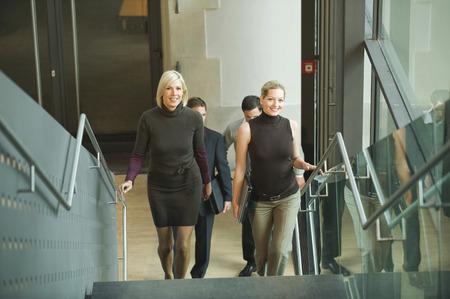 subiendo escaleras: Alemania, la gente de negocios subir escaleras, elevado vista Foto de archivo