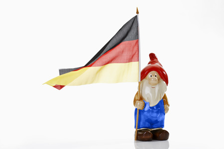 identidad cultural: Gnomo del jard�n y la bandera alemana en el fondo blanco