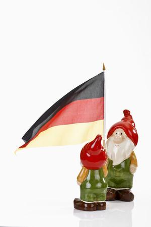 gnomi: Gnomi da giardino e la bandiera tedesca su sfondo bianco