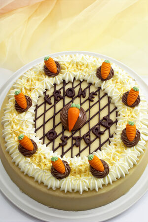 cream on cake: Tarta de crema, torta de Pascua, las zanahorias de mazap�n Foto de archivo