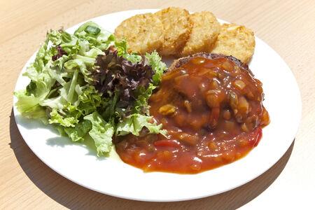 papas doradas: Pastel de carne con salsa y papas rosti Zingara en la placa
