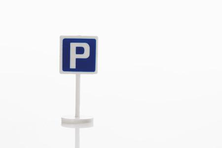 se�al parking: Alquiler de signo en el fondo blanco Foto de archivo