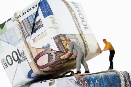 billets euros: Ouvriers du tri des paquets de billets en euros