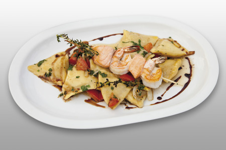 Gamberi arrosto e salmone con origano e ravioli in piastra Archivio Fotografico - 35993771