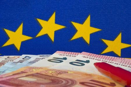 billets euros: Euro notes et crayon rouge, drapeau de l'UE