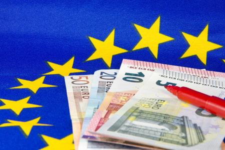 billets euro: Euro notes et crayon rouge, drapeau de l'UE